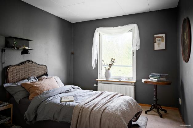 Sovrum 3 på övre plan. Här har du gott om förvaring i garderober samt utsikt över naturen.