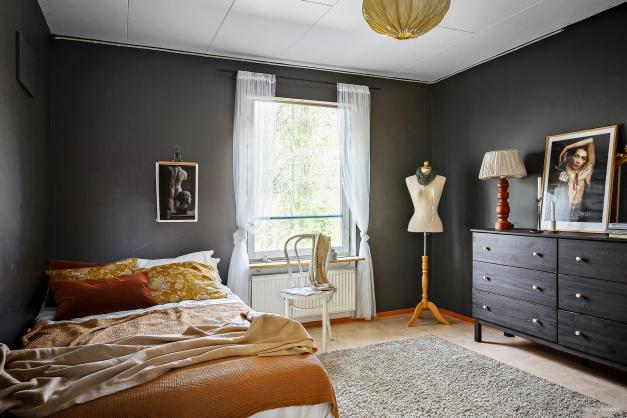 Sovrum 2 på övre plan. Här har du gott om förvaring i garderober samt utsikt över naturen.