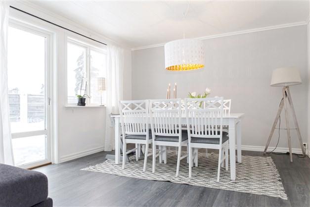 Plats för matbord i vardagsrummet och utgång till soldäck