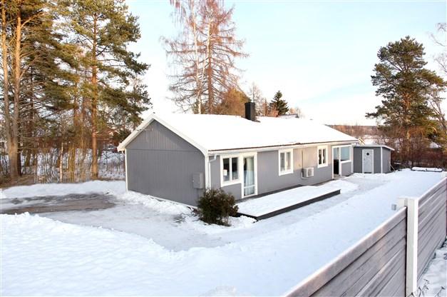 Välkomna till Hallstaåsvägen 10 - renoverad enplansvilla i omtyckta Sanna!