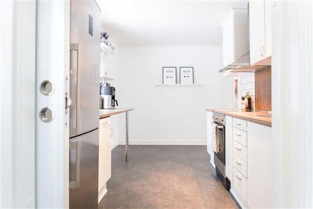 Kök, med plats för litet matbord