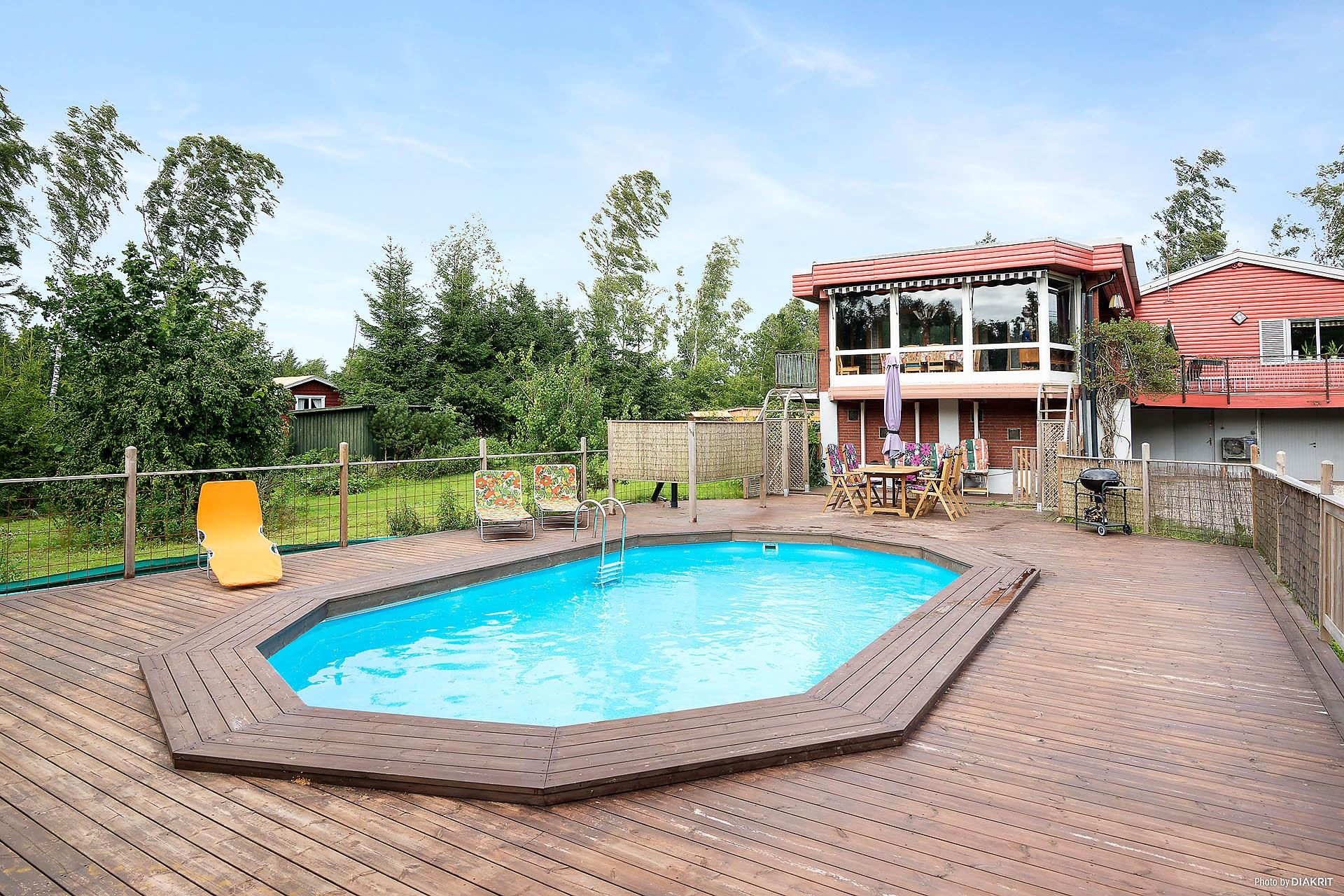 Härligt poolområde med en stor pool och gott om plats för solstolar.
