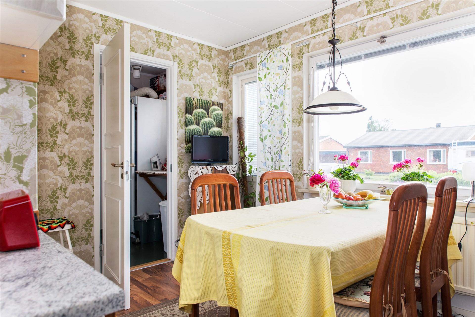 Matplats i kök med tvättstuga innanför