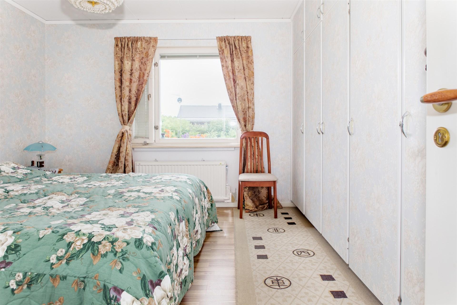 Sovrum innanför vardagsrum