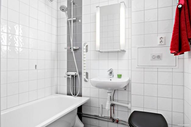Rymligt badrum med badkar