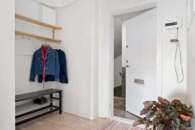 Välkomnande hall med vitmålad dörr