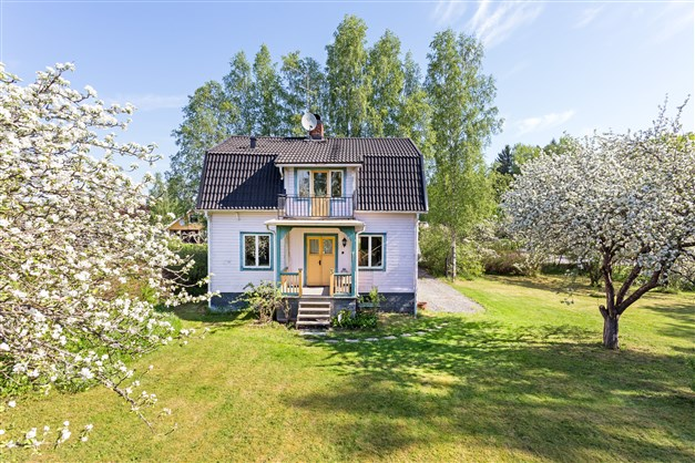 Charmigt hus med lummig och insynsskyddad trädgårdstomt.
