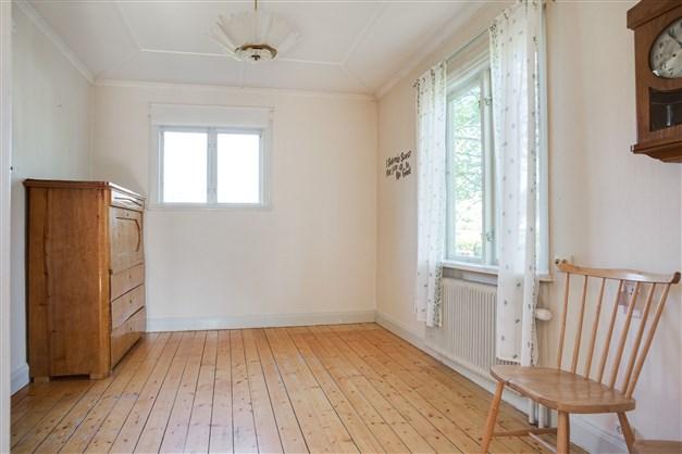 Rum, perfekt som matrum eller sovrum. Här finns en garderob.