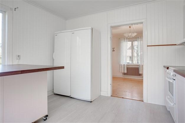 Innanför köket finns ett rum, perfekt som matrum för den som vill få plats med en större köksmöbel.