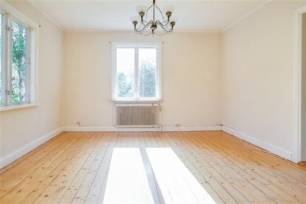 Vardagsrum med fönster åt två håll som ger fint ljus.