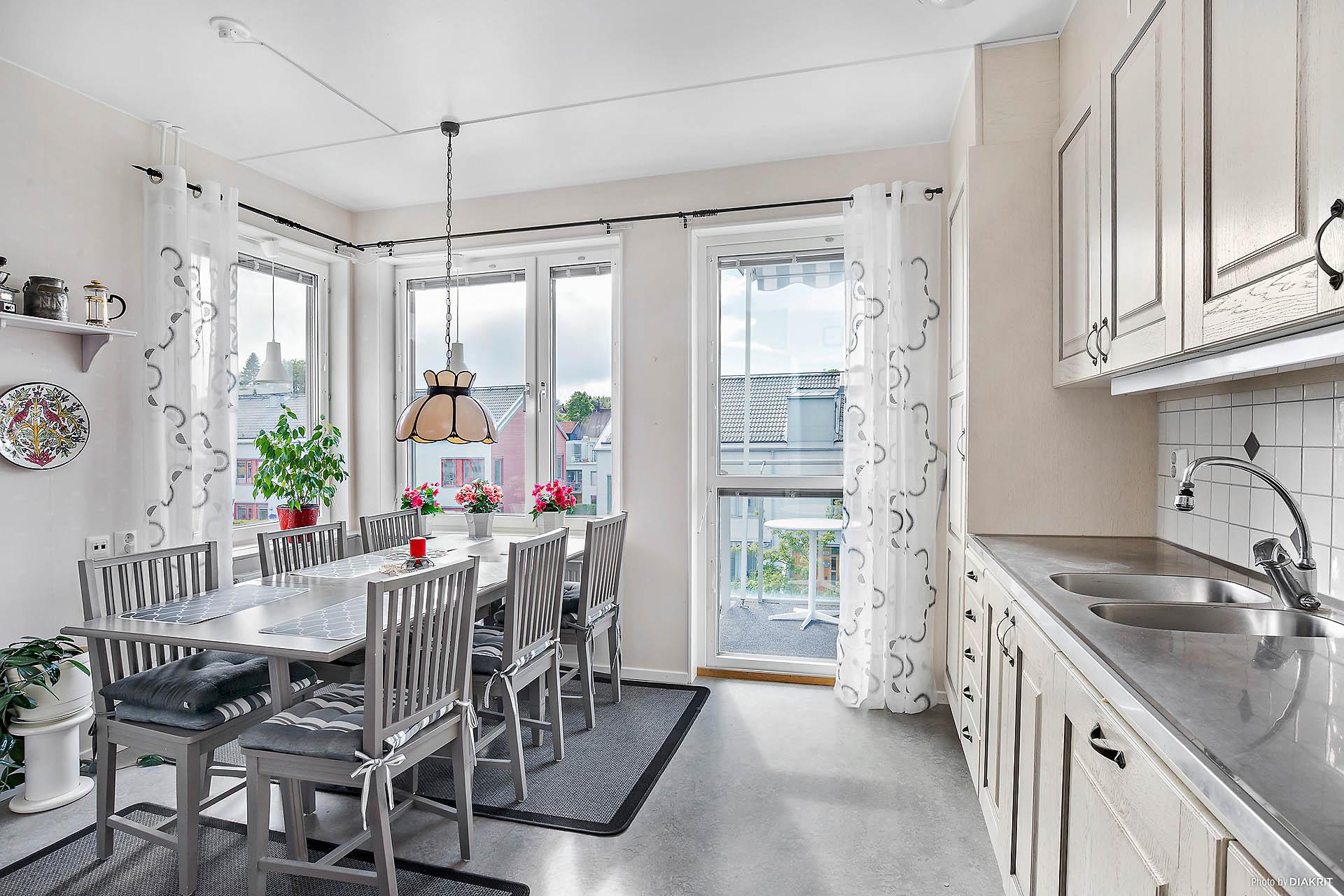 Härligt kök med utgång till balkong