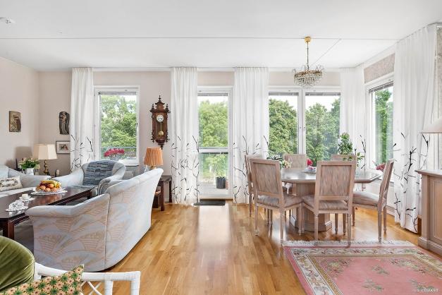Vardagsrum med fantastiskt ljusflöde och utsikt