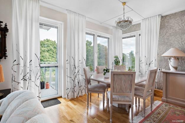 Lyxigt vardagsrum med utgång till balkong