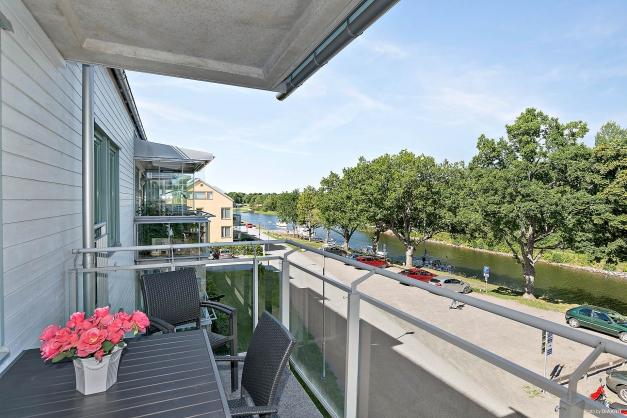 Stor balkong med ljuvlig utsikt över kanalen