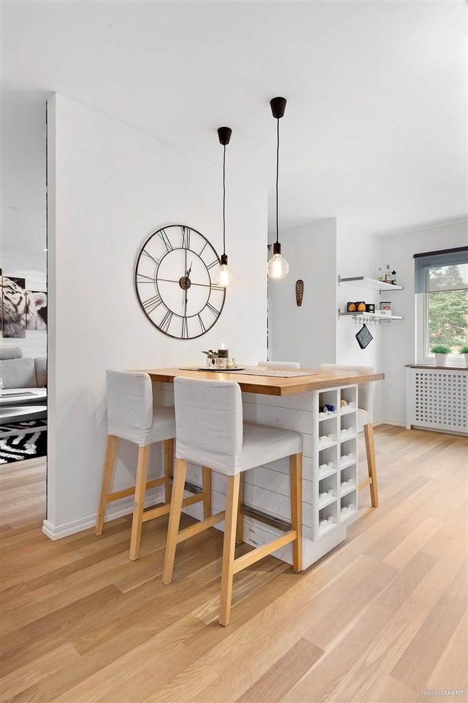 Platsbyggt matbord i köket!