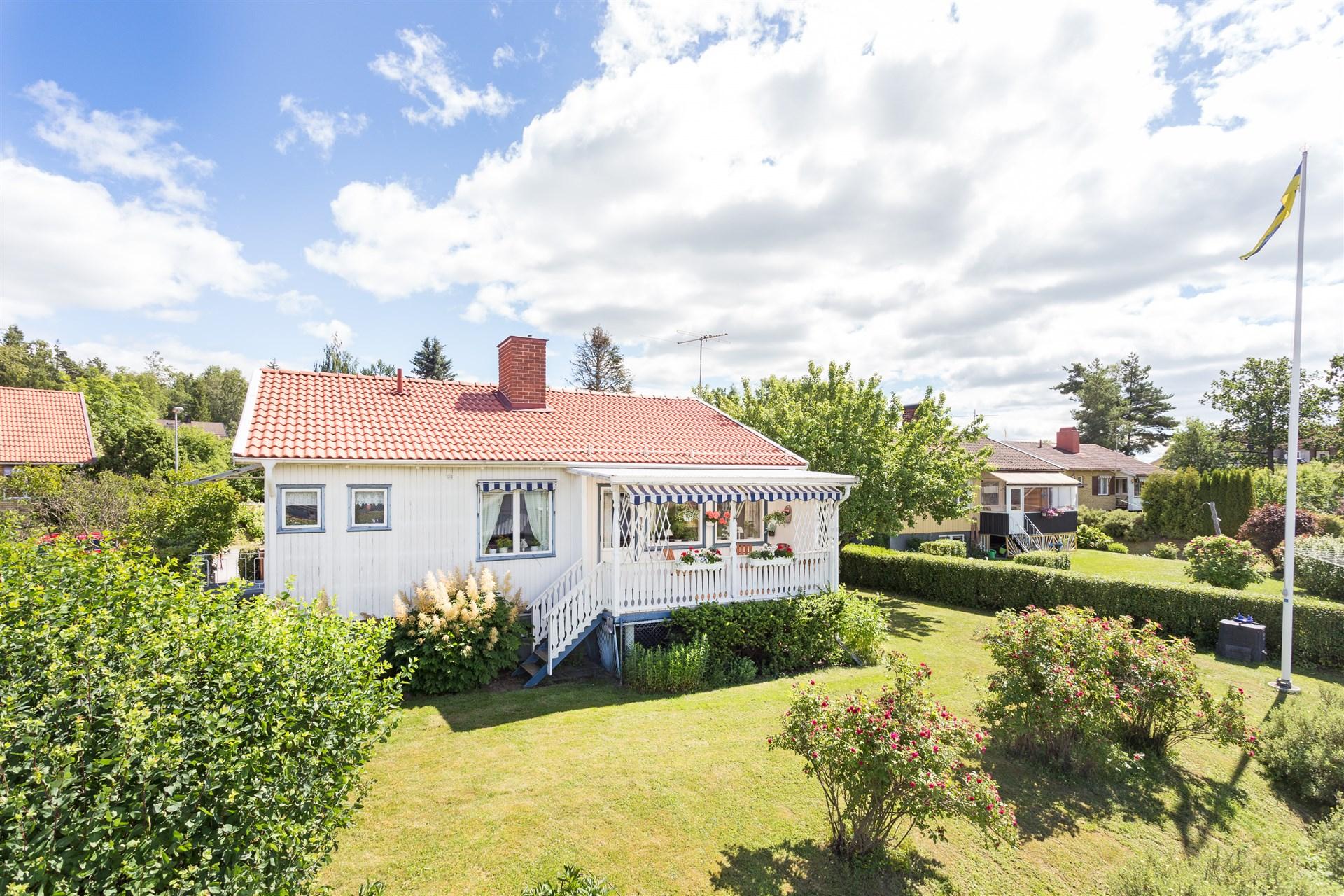 Huset omges av en uppväxt och lättskött trädgårdstomt.