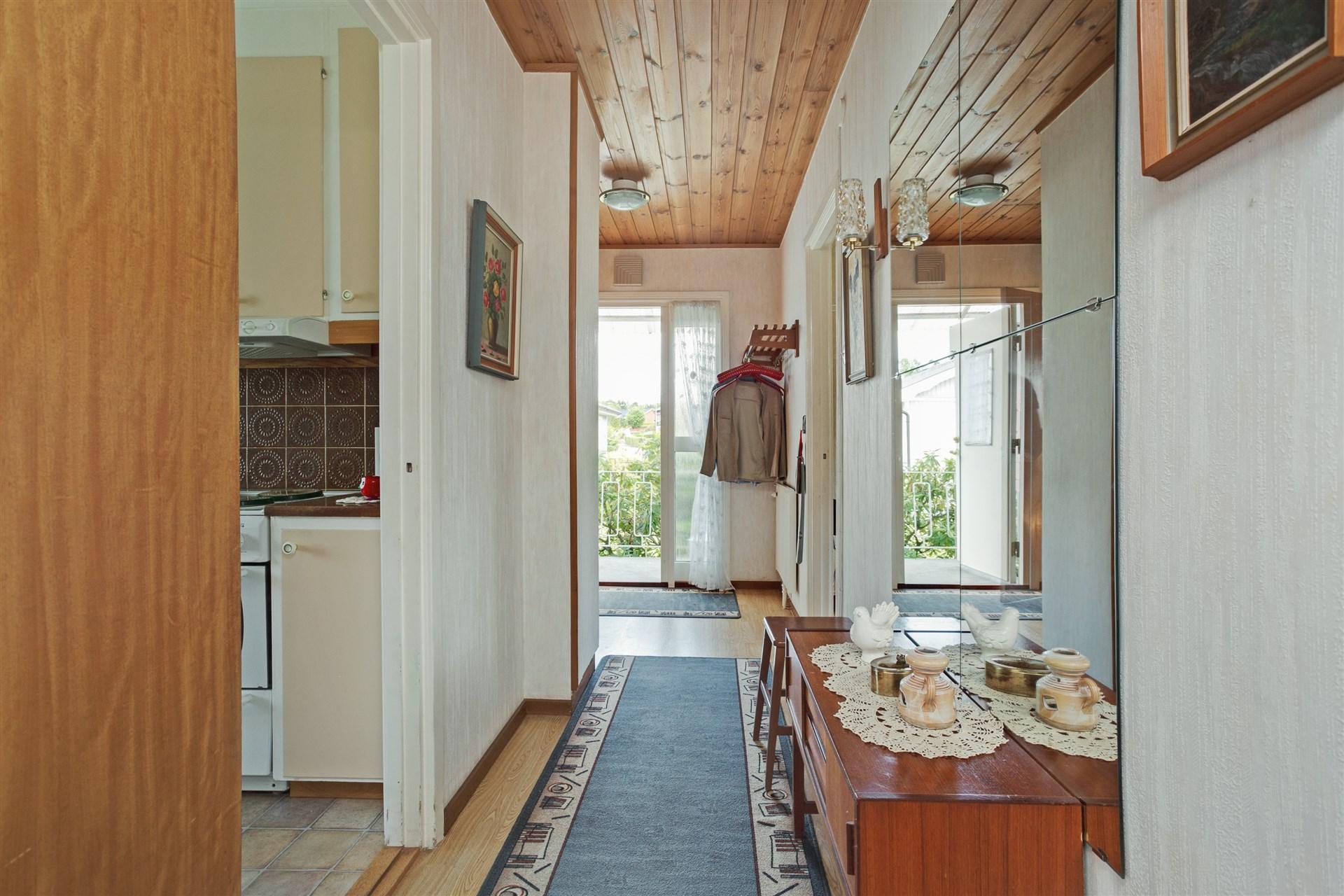 Hall med nedgång till källaren, lucka till vinden, städskåp och en garderob.