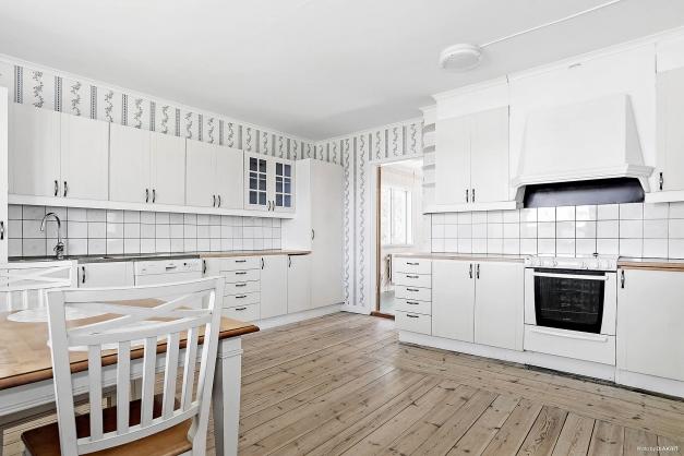 Kök med generösa ytor och vackra trägolv