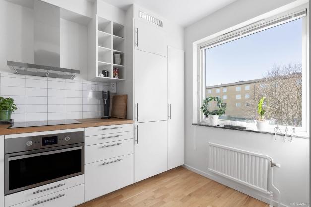 Köket har rostfria vitvaror och integrerad kyl/frys.