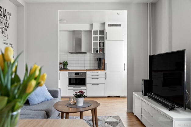 Luftigt och öppet mellan köket och vardagsrummet.