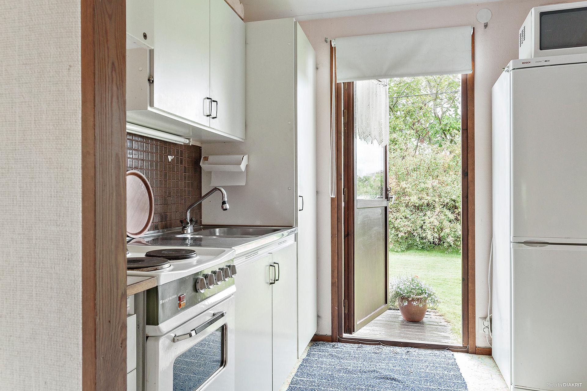 Köket med utgång till uteplats och trädgård