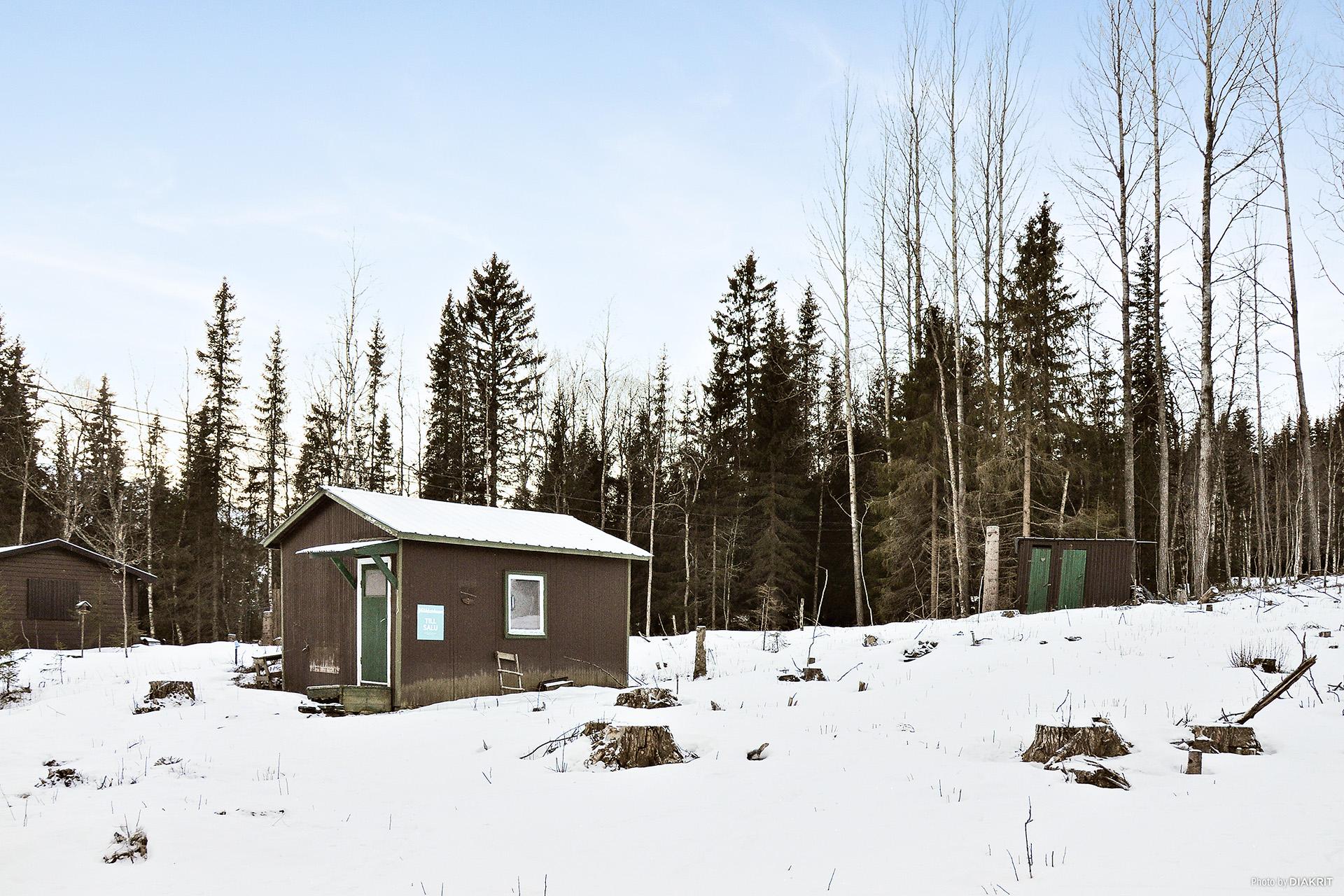 Tomt med litet hus