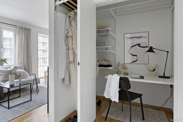 Den stora klädkammaren rymmer både plats för kläder och för ett hemmakontor!