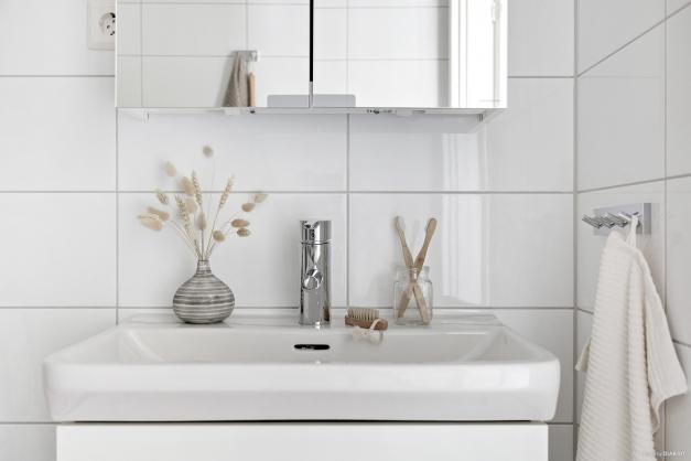 Detta fräscha badrum ger en bra känsla som start på dagen!