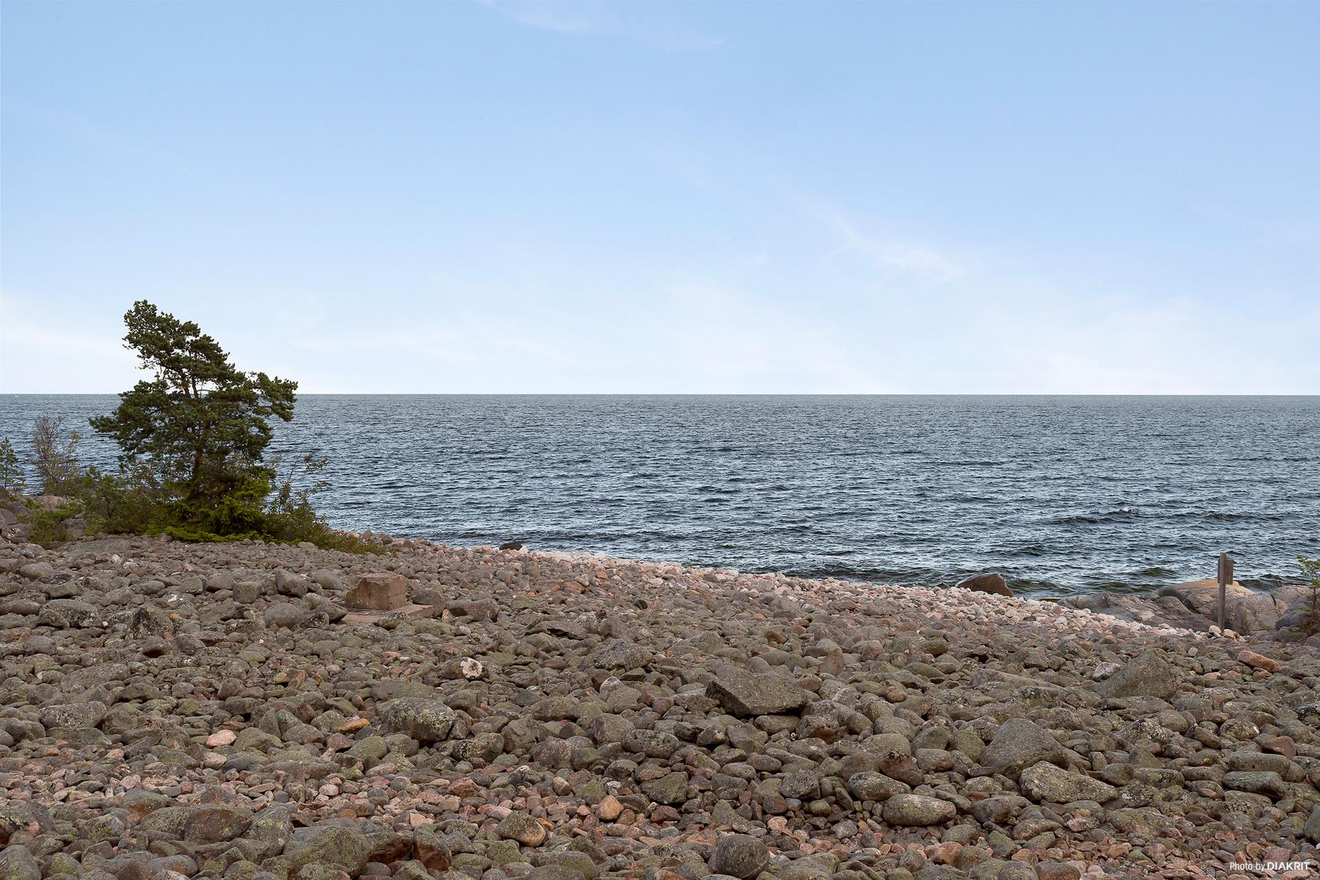 Närbelägen stenstrand vid Ålands hav