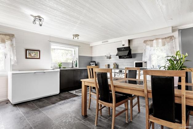 Stilrent kök med härligt ljusinsläpp