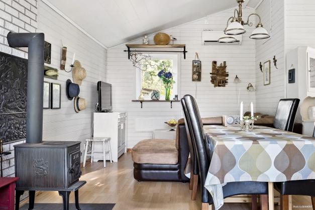 Vardagsrum med vacker kamin
