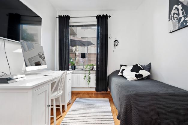 Det lite mindre sovrummet har fönster ut mot uteplatsen