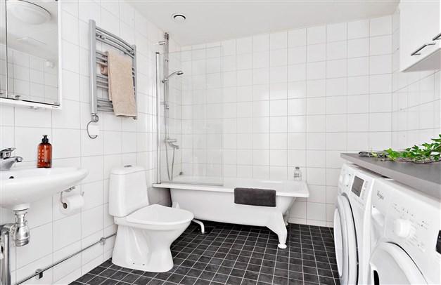 """Rymligt, helkaklat badrum med """"egen"""" tvättavdelning"""