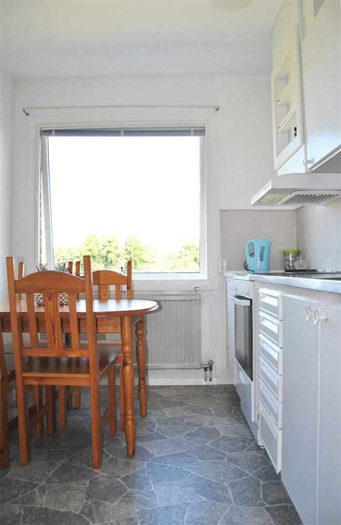 Köket med plats för ett matbord