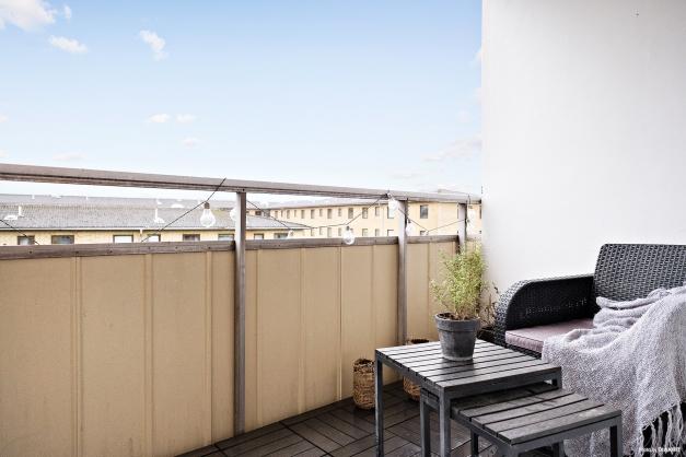 Generös balkong i högt och fritt läge.
