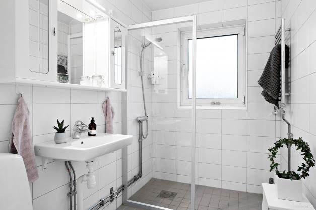 Helkaklat badrum i moderna färger.