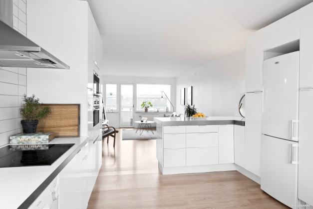 Öppet och luftigt mellan kök och vardagsrum.