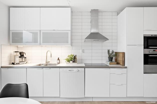 Läckert kök med högblanka luckor och fina vitvaror.