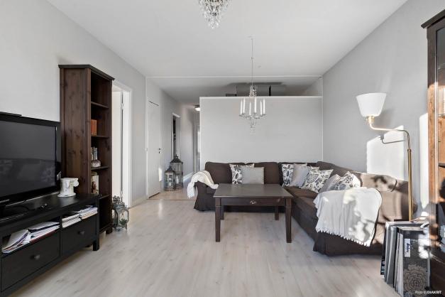 Ljust och lättmöblerat vardagsrum