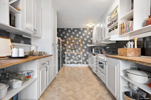 Kök med bra arbetsytor och mycket förvaringsmöjligheter