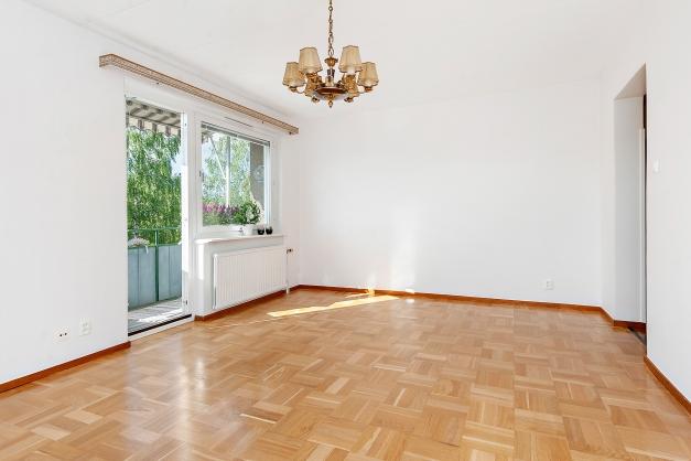 Rymligt vardagsrum med gott om plats för möblemang