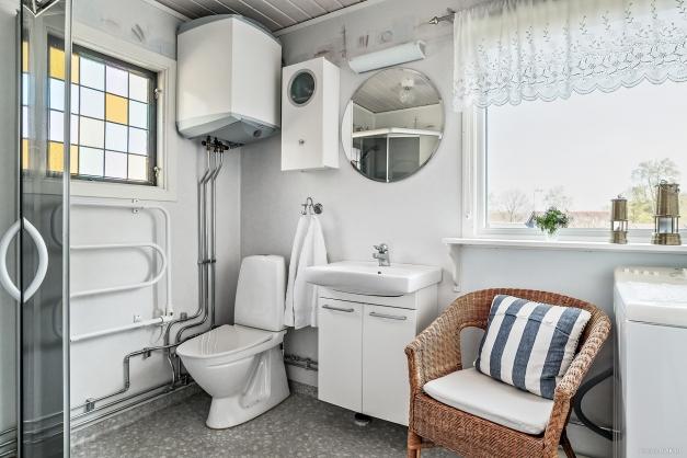 I badrummet har du dusch och här finns även tvättmaskin