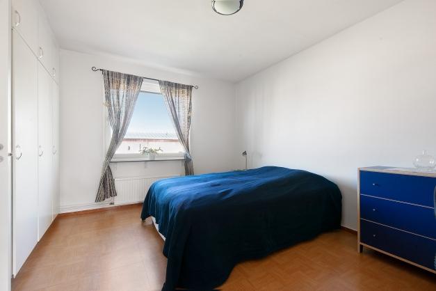 Grymt stort sovrum med bra förvaring. Fönstret ligger i sommarsvalt österläge