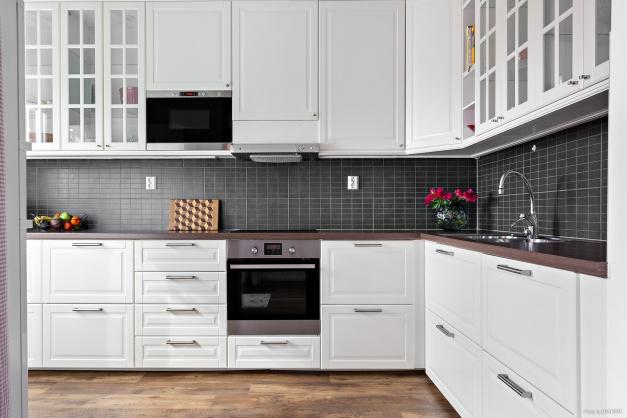 Modernt kök med gott om arbetsyta