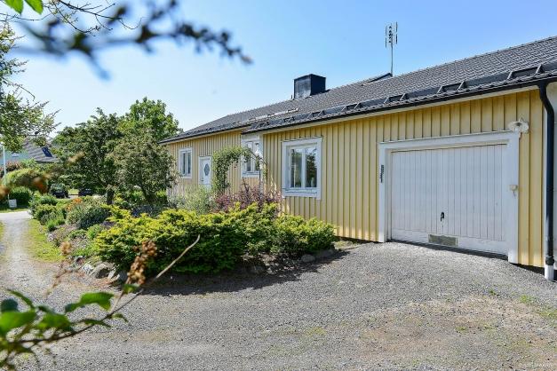 Tillbyggt rymligt garage med sidoingång.
