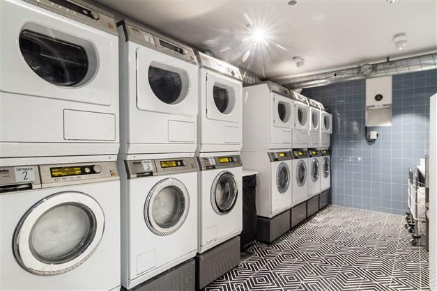 Stor tvättstuga med drop in