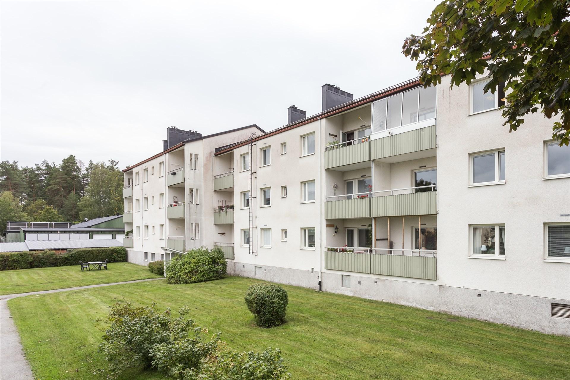 Trevlig lägenhet med 2 rum på bottenvåningen. Balkong mot baksidan med fin innergård.