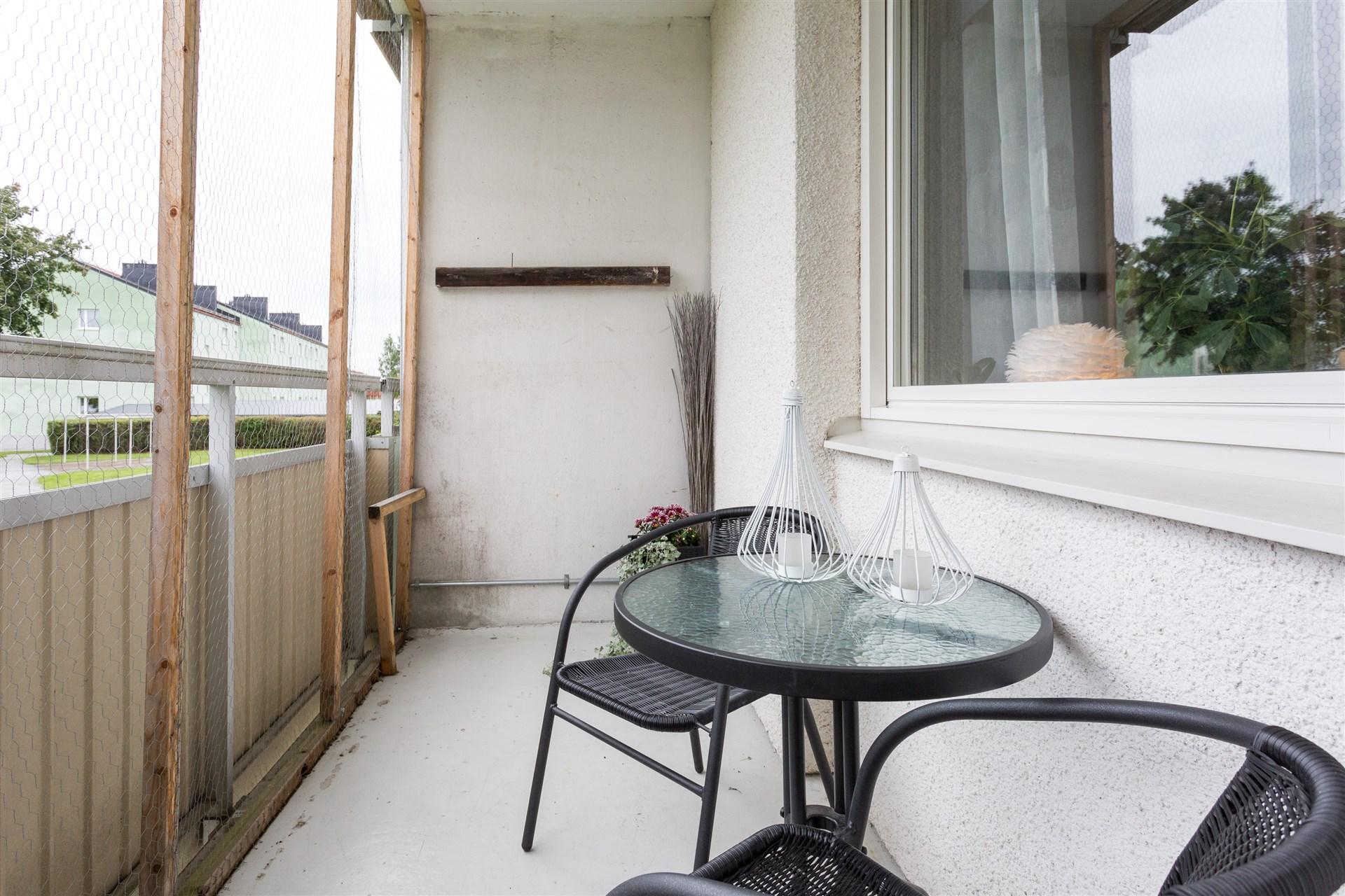 Balkong med utsikt mot grönområde på baksidan.
