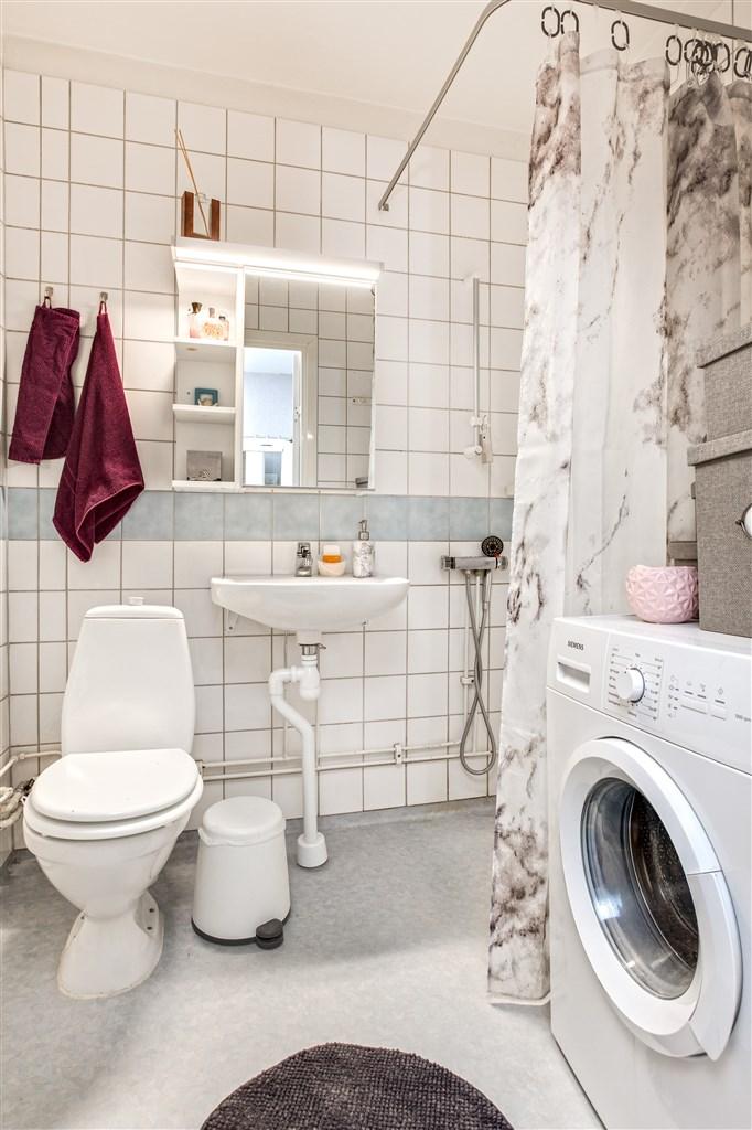 Dusch/wc med kakel och plastmatta. Plats för tvättmaskin (ingår ej i köpet)