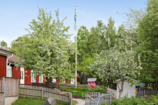 I området ligger Timmerslätts förskola